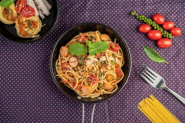 Espaguete picante em uma frigideira. Foto gratuita
