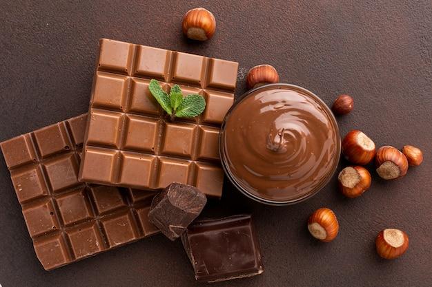 Espalhe o chocolate na tigela vista superior Foto gratuita