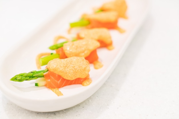 Espargos de salmão Foto gratuita