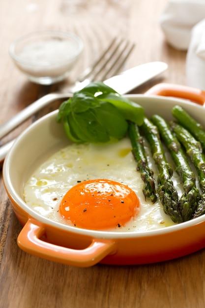 Espargos e ovos Foto Premium