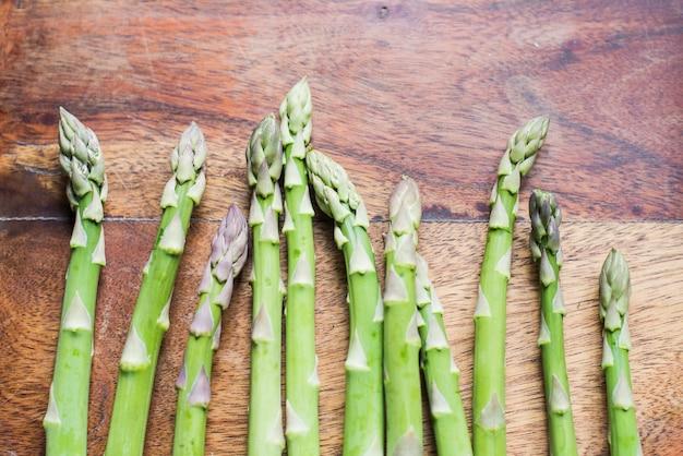 Espargos verdes frescos em linha Foto gratuita