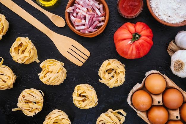 Espátula e colher perto de ingredientes Foto gratuita