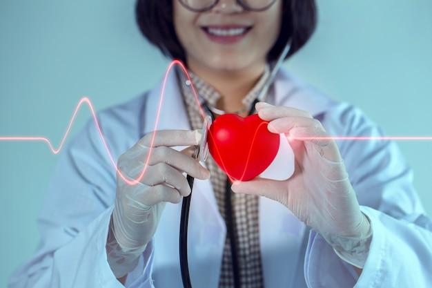 Especialista em doenças cardíacas irá atendê-lo com um sorriso. Foto Premium