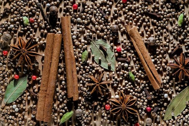 Especiarias aromáticas orgânicas naturais estão espalhadas em uma placa de madeira. Foto Premium