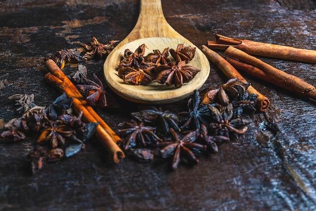 Especiarias de canela e anis estrelado usados na culinária Foto Premium
