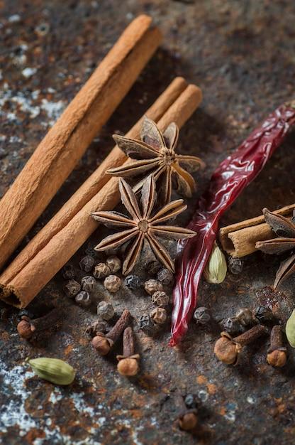 Especiarias e ervas. ingredientes alimentares e gastronômicos. Foto Premium