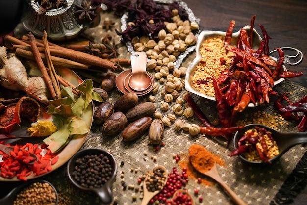 Especiarias e ervas na mesa da cozinha velha. Foto Premium