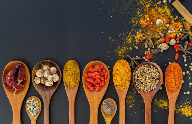 Especiarias e ervas para cozinhar, copie o espaço. Foto Premium