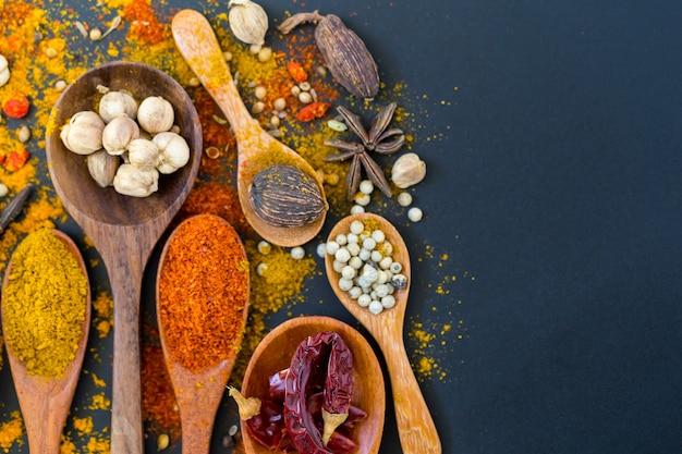 Especiarias e ervas para cozinhar Foto Premium