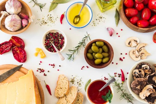 Especiarias e ingredientes para fazer sanduíche de torrada no fundo branco Foto gratuita