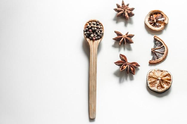 Especiarias em uma colher, isolada no fundo branco Foto gratuita