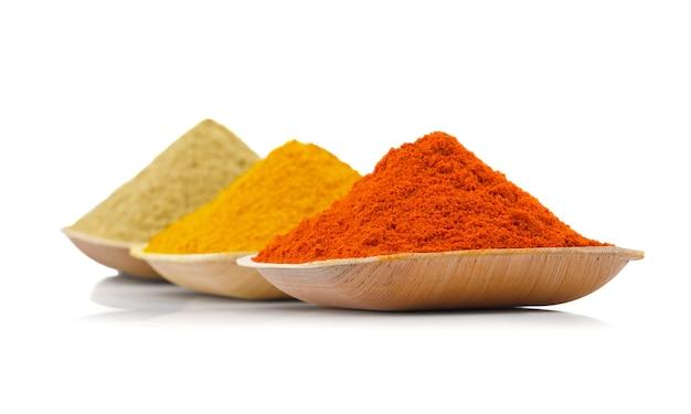 Especiarias indianas coloridas sobre fundo branco Foto Premium