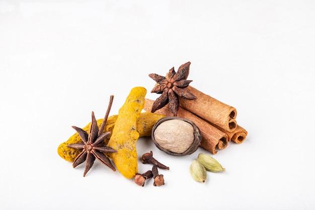 Especiarias indianas de aquecimento a seco para refeição de outono e inverno Foto Premium