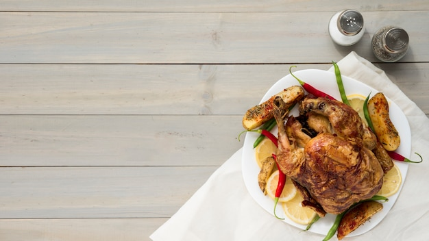 Especiarias perto de frango frito saboroso Foto gratuita