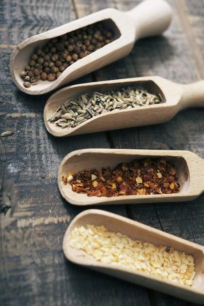 Especiarias secas em madeira Foto gratuita