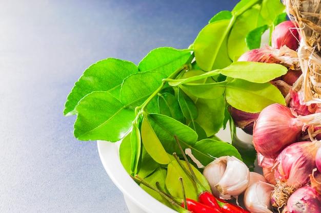Especiarias tailandesas tradicionais curry ingredientes Foto gratuita