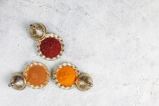Especiarias variadas na mesa da cozinha Foto gratuita