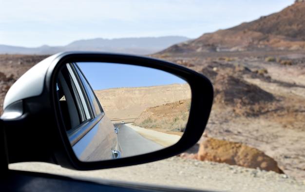 Espelho de vista lateral de um carro, na estrada Foto Premium