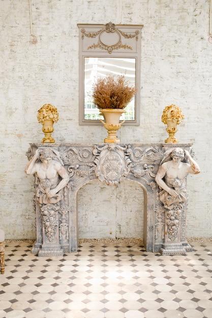 Espelho estilo antigo e mesa com um vaso Foto Premium