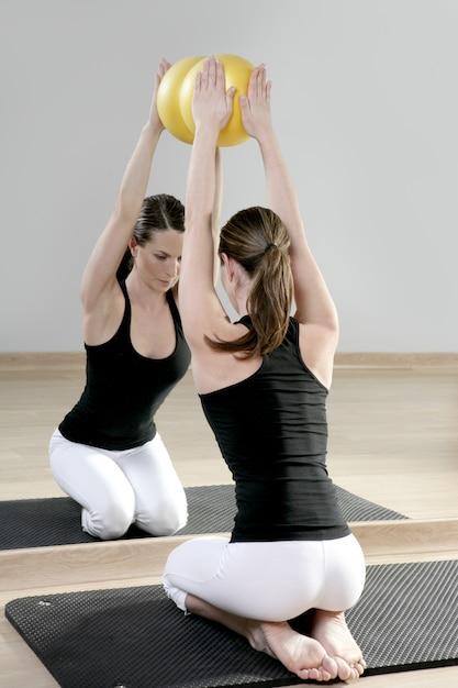 Espelho pilates ginásio mulher estabilidade bola esporte ginásio Foto Premium