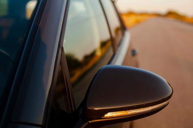 Espelho retrovisor no fundo da estrada Foto gratuita