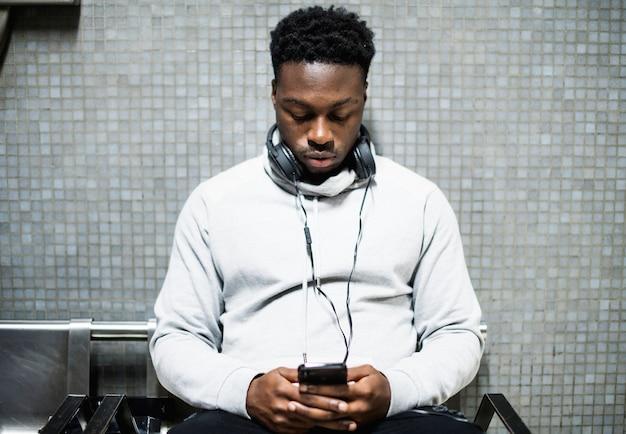 Esperando, homem, texting, ligado, seu, telefone Foto Premium