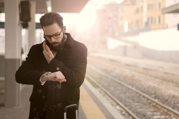 Esperando o trem Foto Premium