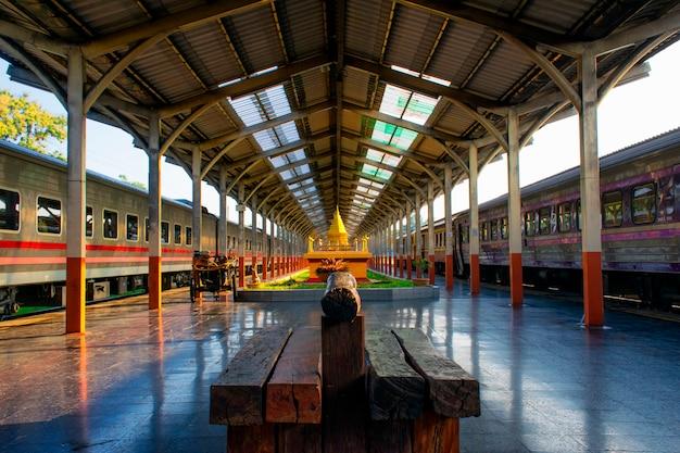 Esperando para pegar o trem na estação de chiang mai Foto Premium
