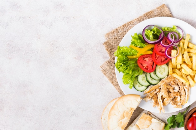 Espetada de carne e vegetais cozida em prato branco Foto gratuita
