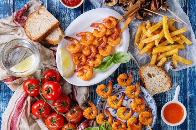Espetadas de camarão picante para churrasco Foto Premium
