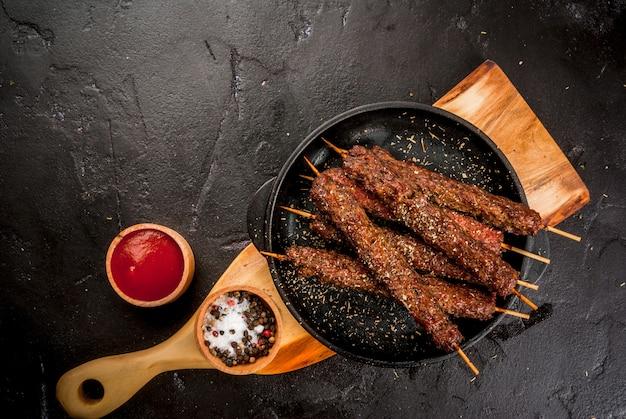 Espetinho de carne de vaca em um palitos com molho ketcup Foto Premium