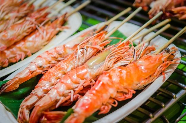 Espeto de madeira de camarão grelhado Foto Premium