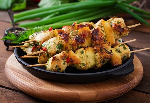 Espetos de frango com fatias de maçã e pimentão Foto gratuita