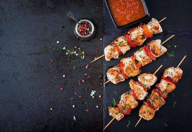 Espetos de frango com fatias de pimentão e endro. comida saborosa. refeição de fim de semana. vista do topo. postura plana. Foto gratuita