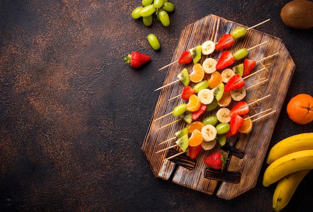 Espetos de frutas, lanche saudável verão Foto Premium