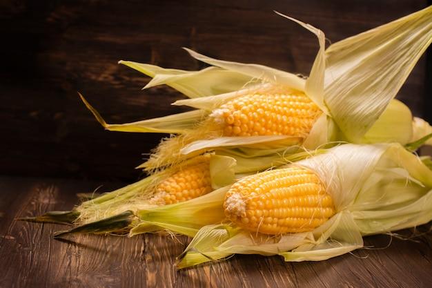 Espigas de milho na tabela de madeira do vitage. Foto Premium