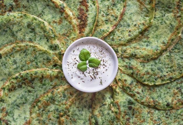 Espinafre adai - panquecas verdes indianas. comida vegetariana. Foto Premium
