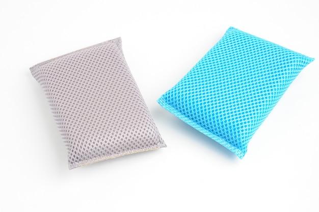 Esponja para lavar pratos e encanamento em um branco isolado Foto Premium