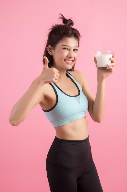 Esporte bonito mulher bebendo leite Foto gratuita