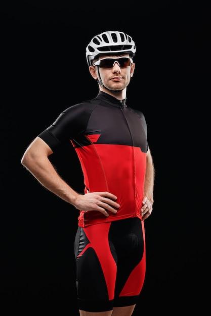 Esporte. ciclista na roupa do treinamento no fundo preto. Foto Premium