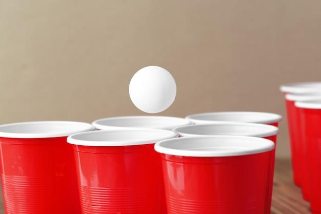 Esporte da festa da faculdade - pong da cerveja Foto Premium