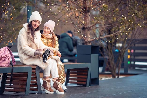 Esporte de inverno em família. mãe e filha em dia de inverno Foto Premium