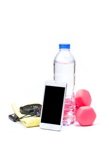 Esporte, estilo de vida saudável e conceito de objetos - close-up de halteres, rastreador de fitness, fones de ouvido e garrafa de água sobre o fundo branco Foto gratuita