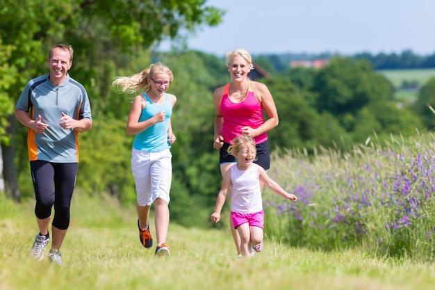 Esporte familiar correndo pelo campo Foto Premium