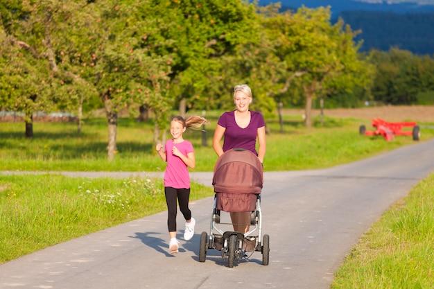 Esporte familiar - jogging com carrinho de bebê Foto Premium