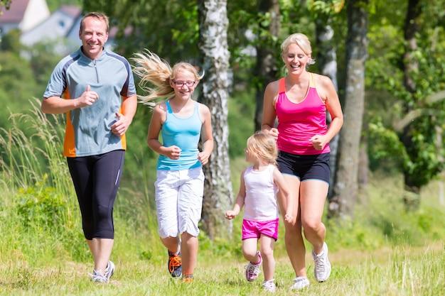 Esporte familiar, movimentando-se através do campo Foto Premium