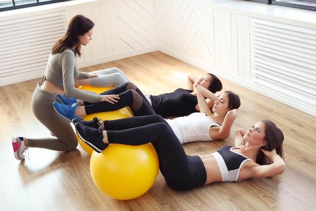 Esporte indoor, fitness no ginásio Foto gratuita