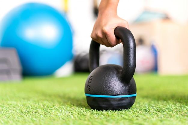 Esporte jovem mulher em um ginásio com kettlebell Foto Premium