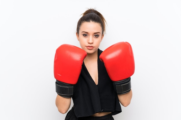 Esporte jovem mulher sobre parede branca com luvas de boxe Foto Premium