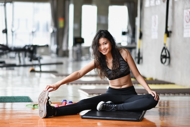 Esporte menina exercício no ginásio Foto Premium